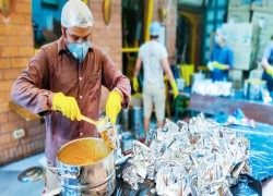 করোনাভাইরাস: গরিবদের জন্য দিনে ৭০ হাজার মিল তৈরী করছে ভারতের দাতব্য প্রতিষ্ঠান