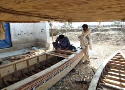 দ্বৈত হুমকির মুখে পাকিস্তানের বহু শতকের পুরনো নৌকা গ্রাম